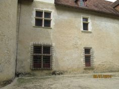 La Motte (86): les baies, bien conservées, sont richement décorées de fines moulures qui se développent parfois en accolades multiples sur le linteau.
