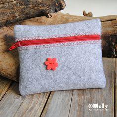 Piccolo portatutto da borsa in feltro grigio chiaro con bottoni decorativi a forma di fiore di MelyHandmade su Etsy