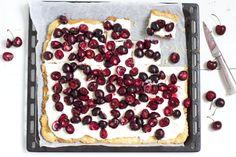 Kirsikka-mascarponepiirakka  Pohja: 6 dl jauhoja 5 rkl sokeria 0,25 tl suolaa 250 g kylmää voita 1 - 1,5 dl kylmää vettä  kourallinen mantelilastuja 1 kananmuna voiteluun  Täyte: 2 prk mascarponea 2 rkl sokeria 2 dl kermaa  800 g kirsikoita 3 rkl tomusokeria 2 rkl sitruunamehua