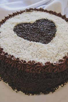 Oil two springform cake pan and line the bottom with baking paper. - Recipe Dessert : Chocolate cake with. Chocolate Filling, Melting Chocolate Chips, Chocolate Desserts, Chocolate Cake, Yummy Treats, Delicious Desserts, Sweet Treats, Yummy Food, Easy Cake Decorating
