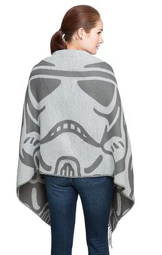 Customize your look while staying in line, with this eye-catching scarf. Woven acrylic fabric with a pattern of oversized Stormtrooper helmets, it's the new ultimate weapon in your wardrobe.