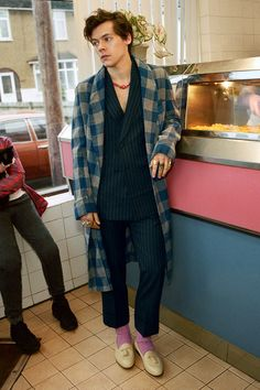 gucci campaign Harry Styles heads to the chippy with Gucci Harry Styles Fotos, Harry Styles Mode, Harry Styles Baby, Harry Styles Pictures, Harry Edward Styles, Harry Styles Fashion, Harry Styles Style, Another Man Harry Styles, Harry Styles 2014