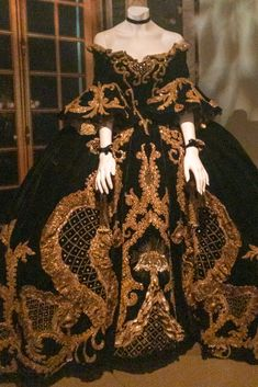 With each new dress, there's no doubt that these beautifully crafted garments completely justify Paris' history and position in the industry. Norma Shearer, Marie Antoinette, Fashion History, New Dress, Nyc, Costumes, Paris, Fitness, Beauty