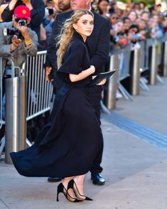 Between black maxi dresses and button-down shirts, the Olsen twins are experts on timeless style. Click through for 6 surprisingly simple outfit ideas I'm stealing from them this spring. Olsen Twins, Spring Looks, Wide Leg Jeans, Simple Outfits, Who What Wear, Timeless Fashion, Spring Outfits, Style Icons, Spring Fashion
