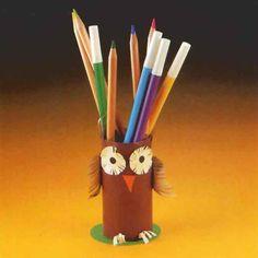 Porte-crayon - Bricolage Avril, Crayons, Centre, Parents, Crayon Holder, School Equipment, September, Owls, Birthday
