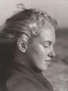 Marilyn Monroe photographiée par André De Dienesété 1946 - une journée en fin d'après-midi - Au sommet d'une falaise d'une plage de Malibu ...