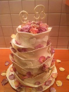 Wedding cake with canditet roses.