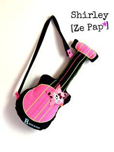 Guitare coussin noir et rose