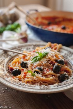 This spaghetti puttanesca made with sweet tomatoes, garlic, black olives and a hint of anchovies should be on your regular rotation for quick dinners! Easy Pasta Sauce, Easy Pasta Recipes, Quick Dinner Recipes, Easy Meals, Cooking Recipes, Cooking Game, Pasta Ideas, Healthy Recipes, Sauce Recipes
