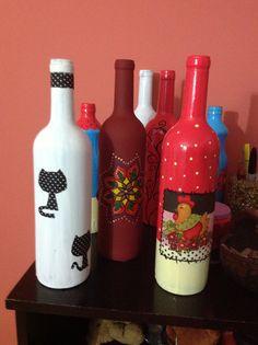 Garrafas de vinho reaproveitadas, com uma pintura elas viraram objetos de decoração.