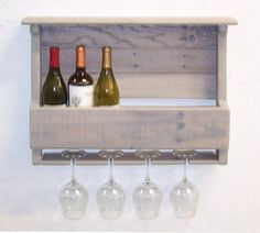 Looking for DIY pallet furniture ideas and cool homemade home decor? Easy step by step tutorials for wooden pallet projects and of homemade things. Wine Rack Furniture, Diy Pallet Furniture, Diy Furniture Projects, Repurposed Wood Projects, Upcycled Home Decor, Pallet Wine Rack Diy, Wine Rack Wall, Wine Racks, Unique Dining Tables