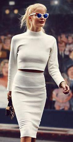 Wardrobe MUST-HAVE: pencilskirt. Sex and the city: Fall Chic Street fashion fall - Jonathan Simkhai * Cropped Top. Fashion Moda, Look Fashion, Fashion Beauty, Womens Fashion, Fashion Trends, Street Fashion, Fashion Fall, Alena Blohm, Look Boho Chic