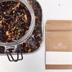 Packaging time! 🌿🏡💚 Nº03 MAMBO TROPIC 👉 Mezcla artesanal a base de #teverde con flor de jamaica, mango dulce y coco rayado. Refrescante combinación desintoxicante, con sabores tropicales. 👌🌿 #lesmatinstea #fineteas #teatime #packaging #organic #slowliving #mambotropic #madeinperu