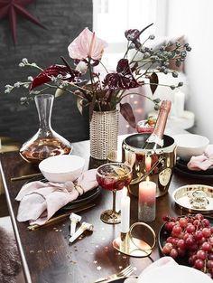 An dieser wunderschönen Weihnachtstafel stimmt einfach jedes Detail! Rosa & goldene Akzente sorgen für einen eleganten Feinschliff. Unser Highlight? Die stylischen Champagnerschalen Gatsby !  // Dekoration Esszimmer Weihnachten Weihnachtsdeko Weihnachtstafel Tischdeko Weihnachtsbaum Ideen Tischdecken Vase Blumen Silvester Party Skandinavisch Modern Geschirr DIY Deko Dekoration Winter #Esszimmer #Esszimmerideen #Tischdeko #Weihnachtsdeko #Weihnachten #Skandinavisch