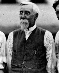Henry Martyn Leland, né en 1843 mort en 1932, partisan de la qualité totale, il met au point le concept de l'interchangeabilité des pièces dans la construction automobile, fondateur des deux constructeurs américains de prestige Cadillac et Lincoln.