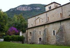 Norma, Lazio   Abbazia di Valvisciolo   Die Abtei Valvisciolo liegt einsam in einem Tal zwischen Sermoneta, Ninfa und Latina Scalo. Die Abtei geht auf eine Gründung durch griechische Mönche im 8. Jahrhundert. zurück. Im 13. Jahrhundert wurde sie vom Templerorden übernommen und restauriert und nach der Auflösung dieses Ordens ging sie Anfang des 14. Jahrhunderts in den Besitz der Zisterzienser über.