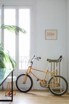 """Una bici - AD España, © Asier Rua En el despacho, """"el cuadrito sobre el radiador es de Yolanda Andrés""""."""