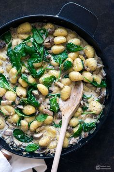 Cremige Gnocchi-Pilz-Pfanne mit Babyspinat Cremige Gnocchi Pilzpfanne mit Babyspinat & Madame Cuisine Rezept The post Cremige Gnocchi-Pilzpfanne mit Babyspinat & Rezeptideen appeared first on Mushroom recipes . Gnocchi Mushroom, Gnocchi Spinach, Vegetarian Recipes, Healthy Recipes, Vegetarian Dinners, Veggie Recipes, Cake Recipes, Le Diner, Chicken Salad Recipes