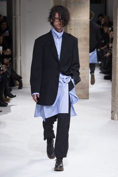See the complete Yohji Yamamoto Fall 2017 Menswear collection. Runway Fashion, Fashion Show, Mens Fashion, Fashion Outfits, Rare Clothing, Mode Man, Mens Fall, Yohji Yamamoto, Designer Wear