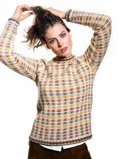 En nostalgisk genser som gjør oss varm om hjertet! Den er enkel og raffinert, både i mønstring og fargesetting. Nivå: Middels. Garnkvalitet: Sterk (40 % alpakka, 40 % merinoull, 20 % nylon). Fasthet: 22 masker på pinne 4 = 10 cm.