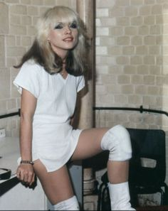 Are there any other huuuuge Blondie fans out there? I not only love the music but I love Debbie Harry. Bad ass chick in a punk band with platinum hair! Blondie Debbie Harry, Debbie Harry Hot, Debbie Harry Style, 70s Rock Bands, Rock And Roll, Chica Punk, Women Of Rock, Estilo Rock, Thing 1