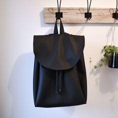 | COUTURE | Sac à dos noir en cuir réalisé avec du simili cuir, de la doublure, un bouton pression aimanté pour l'avant, du fil noir assez épais & ma machine d'amour Silvercrest. ✨ #diy #couture #sacados