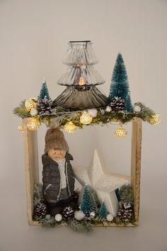 Dekoratives Holzregal mit Winterkind, Stern und großem Teelichtglas in Bäumchenform. Snow Globes, Clock, Home Decor, Tree Structure, Stars, Corning Glass, Kids, Watch, Decoration Home