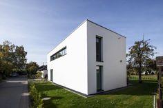 In der Architektur stehen die Zeichen bereits seit Längerem auf maximalem Minimalismus. Dieses Wohnhaus beeindruckt mit konsequenter Schlichtheit.