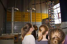 Technik ist nichts für Mädchen? Das stimmt doch nicht und ein Studium im technischen Bereich kann richtig Spaß machen. Das wollen wir Schülerinnen ab der 10. Klassenstufe an den Schülerinnen-Technik-Tagen (13.-14.10.14) beweisen. Prof. Kay Rethmeier, den Ihr hier auf dem Foto seht, zeigt zum Beispiel, wie er Blitze macht. Mehr Infos unter http://www.fh-kiel.de/index.php?id=12846.