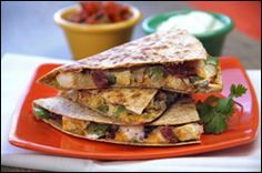 Hungry Girl's version of Chili's Chicken Club Quesadilla-- only 309 calories & 8.5 grams of fiber Healthy Quesadilla, Healthy Pizza, Quesadilla Recipes, Pizza Recipes, Dinner Recipes, Dinner Ideas, Chicken Club, Mexican Dishes, Mexican Food Recipes