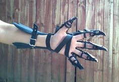 Claw Gloves, Dragon Claw Gauntlets Leather Armor Claws- PAIR - Schmuck - Welcome Haar Design Claw Gloves, Armadura Cosplay, Armas Ninja, Ninja Weapons, Zombie Weapons, Dragon Claw, Leather Armor, Leather Gloves, Red Gloves