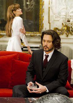 a film with a beautiful set, about a guy pretending not to be himself while re-seducing a former girlfriend: The Tourist