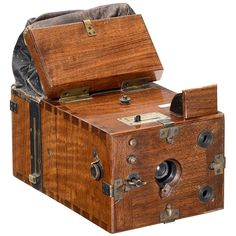 """Steinheil Detective Camera (Mod. I), c. 1890 Steinheil, Munich. Size 9 x 12 cm, with plates inside, polished wood with brass trims, early model with leather changing bag, Steinheil lens. – Unrestored and in excellent original condition. – Literature: Helmut Franz, Eduard Reutinger, """"Steinheil – Münchner Optik mit Tradition"""", similar p. 220."""