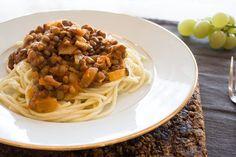 Massa á bolonhesa Vegan, Spaghetti, Ethnic Recipes, Food, Lentils, Bolognese, Carrots, Pasta, Cook