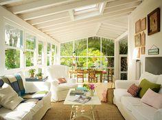 Una butaca, una chaise longue, un puf... piezas que puedan moverse. Ten en cuenta sus texturas: los tejidos naturales son frescos y transpir...