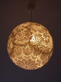 Deckenlampe aus Omas Spitzendecken  bei Nacht