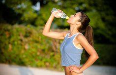 Sabemos que el agua es el líquido vital que necesitamos para sobrevivir, y que se recomienda tomar alrededor de 8 vasos al día. Pero, ¿sabes que le pasa a tu cuerpo cuando no tomas suficiente agua?