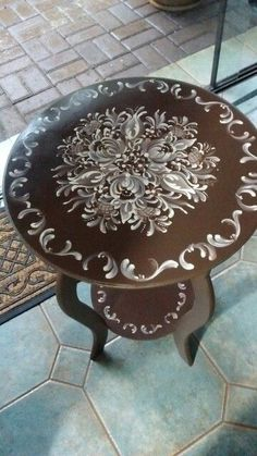 Coffee brown and straw side table, Márcia Bonamigo Viviani -