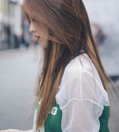 We Heart It 経由の画像 #beauty #brownhair #hair #lonely #loner #sad #sadness #shirt…