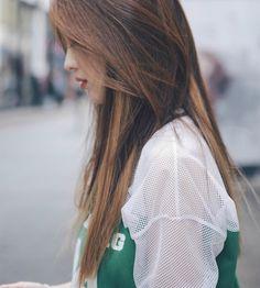 We Heart It 経由の画像 #beauty #brownhair #hair #lonely #loner #sad #sadness #shirt…