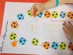 thema rollenbollen/ gezonde levenstijl voetballen in kleuren volgens een patroon ( dit was in de eerste kleuterklas dus met 3 kleuren) en hierna in het midden jezelf als voetballer tekenen.