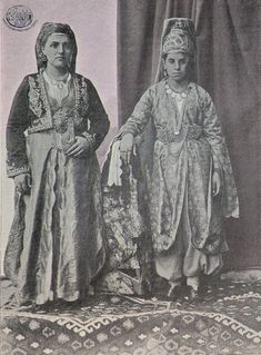 Sivas. Düğün kıyafetleriyle Ermeni kadınlar (Kaynak: Keğuni, I. Yıl, sayı 3, 1 Nisan 1902, Mıkhitaryan matbaası, Venedik)