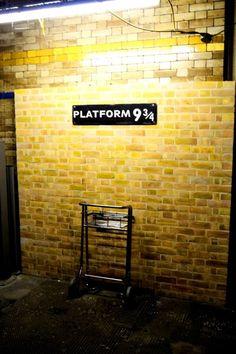 Andén 9 y 3 en de la estación de  de King's Cross .Aqui empiezan las aventuras de Harry Potter !! #londres #turismo #viajar