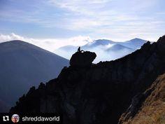 Chceš mať čistú hlavu a sústrediť sa na nové výzvy? Dopraj si takýto zážitok za ktorým nemusíš vôbec ďaleko cestovať... ale riadne namotivuje  #praveslovenske #slovensko #slovakia #malafatra @shreddaworld  Just chillin' on a rock.  #mountains #mountain #hiking #hike #travel #adventure #adventures #trip #explore #hill #hills #view #beauty #rocks #bluesky #nature #landscape #landscapelovers #landscapes #landscapephotography #mountainlife