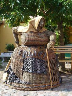 Art of Willow Weaving - Love It. Should scare the birds. Willow Weaving, Basket Weaving, Land Art, Weaving Designs, Newspaper Crafts, Pine Needles, Weaving Art, Outdoor Art, Garden Art