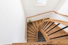 Holztreppe im modernen Stil mit vielen Details von unseren HARTL HAUS Tischlern Modern, Stairs, Home Decor, Wood Stairs, Homes, Trendy Tree, Stairway, Decoration Home, Room Decor