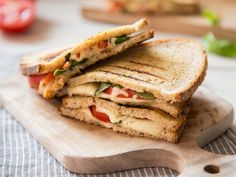 Say Cheeeese: Margherita Style Grilled Sandwiches - Quick sandwich or crispy pizza Margherita? With these quick grill sandwiches, you finally don& - Grill Sandwich, Bagel Sandwich, Sandwich Recipes, Snack Recipes, Snacks, Quick Sandwich, Sandwiches, Easy Homemade Burgers, Crispy Pizza