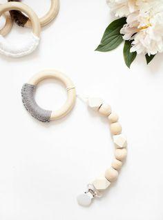 réaliser une attache tétine en perles bois, idée pour un cadeau baby shower