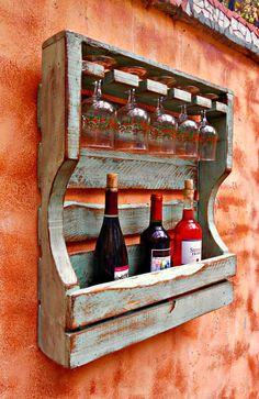 Estante de vino de madera rústica angustiada reclama