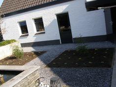 Plantvak met Carex en Nandina. Allebei wintergroen en zeer decoratief. Splitpaden aangelegd met Ardennersplit.